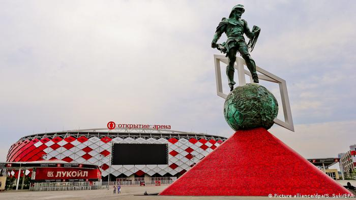 Picture taken on 09 July 2015 of a statue depicting a gladiator in front of the Otkrytiye Arena (or Spartak Stadium) in Moscow, Russia Foto: Srdjan Suki/EPA/dpa