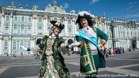 Για την ωραιότερη πόλη στον κόσμο έκανε λόγο ο νομπελίστας Γιόσεφ Μπρόντσκι. Η πόλη στον Νέβα είναι πράγματι κάτι παραπάνω από ωραία. Ο τσάρος Πέτρος ο Μέγας την έφτιαξε ως πύλη στη Δύση τον 18ο αιώνα. Μέσα σε λίγα χρόνια έχτισε επιβλητικά ανάκτορα.