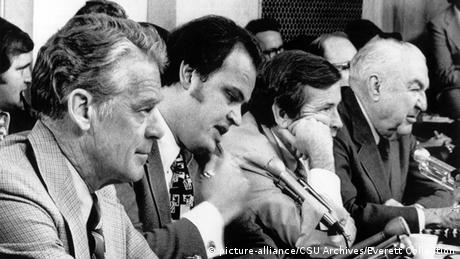 USA Washington Sen. Edward Gurney, Sen. Fred Thompson, Sen. Howard Baker, Sen. Sam Ervin, listening to testimony at the Senate Watergate Committee Hearings, September 24, 1973 (picture-alliance/CSU Archives/Everett Collection)