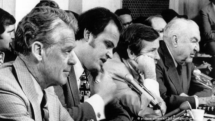 USA Washington Sen. Edward Gurney, Sen. Fred Thompson, Sen. Howard Baker, Sen. Sam Ervin, listening to testimony at the Senate Watergate Committee Hearings, September 24, 1973 (picture-alliance/CSU Archives/Everett Collection)