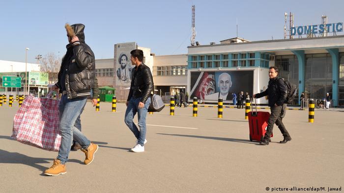 Aus Deutschland abgeschobene Afghanen bei ihren Ankunft in Kabul (23.02.2017)