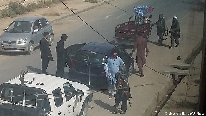 Талибы патрулируют улицу в захваченном Кундузе