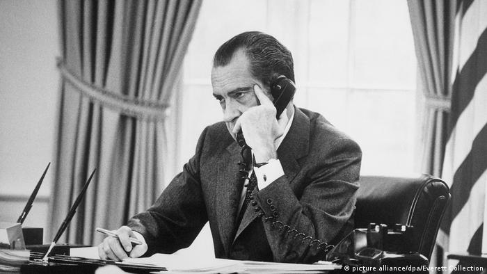 Richard Nixon am Telefon im Oval Office im Weißen Haus (picture alliance/dpa/Everett Collection)