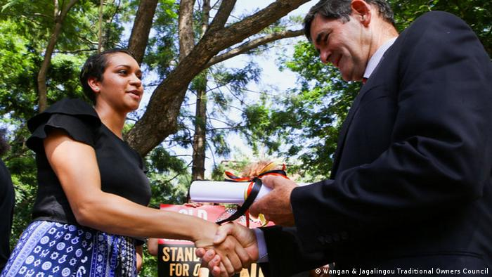 Murrawah Johnson überreicht die Declaration of Defence of Country an Peter Wellington (Wangan & Jagalingou Traditional Owners Council)