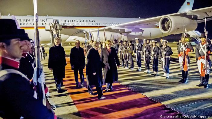 La canciller alemana, Angela Merkel, llegó este jueves a Buenos Aires para una breve pero intensa visita con múltiples objetivos, que van desde la búsqueda de consenso para la cumbre del G20 hasta dar un nuevo impulso a la relación bilateral y apurar las negociaciones entre la Unión Europea y el Mercosur. Merkel también se reunió con el presidente argentino, Mauricio Macri.