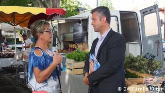 H Ιζαμπέλ Σοτρέ συνομιλεί με τον υποψήφιο του Εθνικού Μετώπου Ανρί ντε Λεπινό