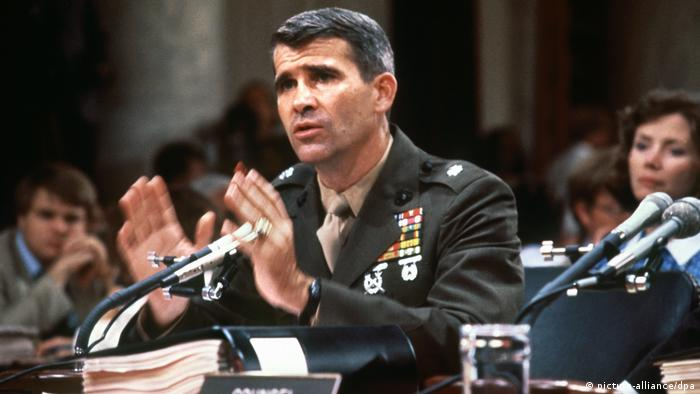 Lt. Colonel Oliver North testifying to Congress about the Iran-Contra-Affair in 1987 (picture-alliance/dpa)