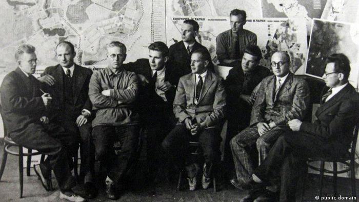 Немецкие архитекторы перед планом застройки Нижнего Тагила. Третий слева - Эрнст Май