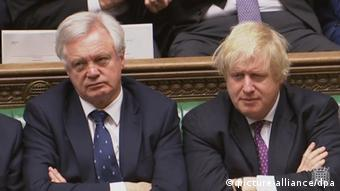 Großbritannien David Davis & Boris Johnson im Unterhaus in London (picture-alliance/dpa)
