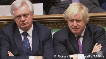 Οι παραιτηθέντες υπουργοί Ντέιβιντ Ντέιβις και Μπόρις Τζόνσον
