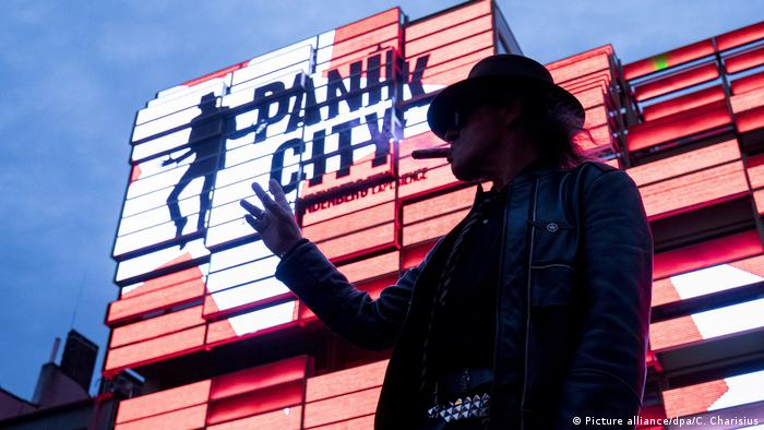 Udo Lindenberg stands in front of Panik City on Hamburg's Reeperbahn (Picture alliance/dpa/C. Charisius)