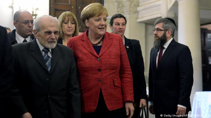 Esta sinagoga es un símbolo de un puente entre Argentina y Alemania, afirmó la canciller alemana, Angela Merkel, que pidió combatir el antisemitismo y abogó por la libertad. Muchos de los que tuvieron que huir del nazismo encontraron aquí un nuevo hogar, sostuvo Merkel tras recibir la bienvenida del rabino Simón Moguilevsky.