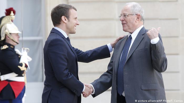 Frankreich Paris Präsidenten Emmanuel Macron & Pablo Kuczynski, Peru (picture-alliance/AP Photo/T. Camus)