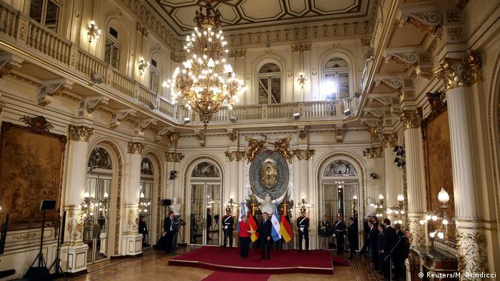 Además de estrechar las relaciones políticas, comerciales y culturales entre ambos países, Merkel, que viaja con una delegación de empresarios, planea incentivar la negociación del acuerdo de libre comercio y de asociación estratégica entre la Unión Europea y el Mercado Común del Sur.