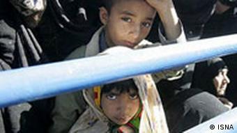 دو کودک در زاهدان در اول ژانویه ۲۰۰۹ به تماشای محمود احمدینژاد آمدهاند که از شهرشان دیدن میکند