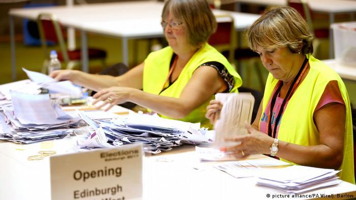 Großbritannien Wahlen 2017 – Auszählung (picture alliance/PA Wire/J. Barlow)