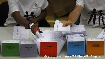 Großbritannien Wahlen 2017 – Auszählung (picture-alliance/AP Photo/F. Augstein)