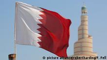 Flag of Qatar and Islamic Cultural Centre, Doha, Qatar, Middle East | Verwendung weltweit, Keine Weitergabe an Wiederverkäufer.