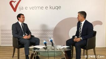 Kosovo Pristina - Albin Kurti, Kosovo Politiker und Bahri Cani (DW/B. Cani)