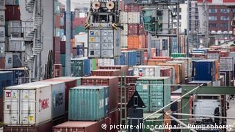 Deutschland Frankfurt Container werden verladen (picture-alliance/dpa/F. Rumpenhorst)