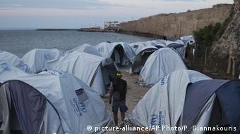 Mέχρι την παραλία απλώνονται οι προσφυγικές σκηνές στη Σούδα