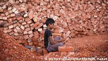 A Bangladeshi Child break bricks at Postogola brick breaking yard in Dhaka, Bangladesh, on June 3, 2017. With over half of the population living below the poverty line, women and children are often forced into hard manual labour such as brick breaking. Working barefoot and with rough untensils, each child worker earns less than 2$ US Dollars per day. (Photo by Mehedi Hasan/NurPhoto) | Keine Weitergabe an Wiederverkäufer.