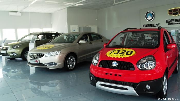 Образцы моделей Geely в салоне в Минске