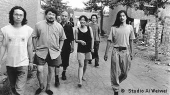 Ai Weiwei geht mit jungen Leuten eine Straße entlang