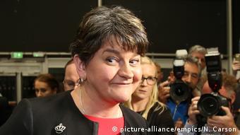 Η κυρία Φόρστερ από το Δημοκρατικό Ενωτικό Κόμμα έχοντας προφανώς συναίσθηση της δύναμής της...