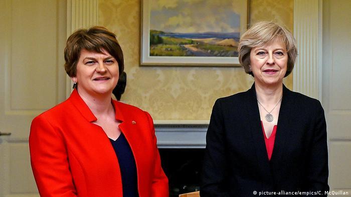Η πρόεδρος του ιρλανδικού DUP Αρλίν Φόστερ με την πρωθυπουργό Τερέζα Μέι