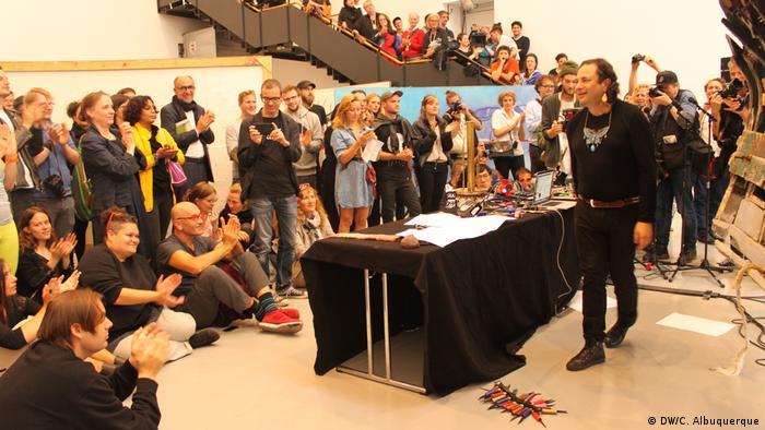 Deutschland Kassel - Documenta Kunstmesse: Foto der Performance des mexikanischen Künstlers Guillermo Galindo (DW/C. Albuquerque)