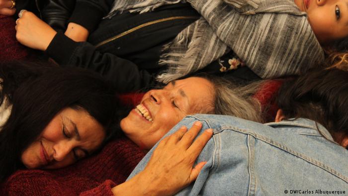 Performance der chilenischen Künstlerin Cecilia Vicuna (Mitte) bei der Documenta (DW/C. Albuquerque)