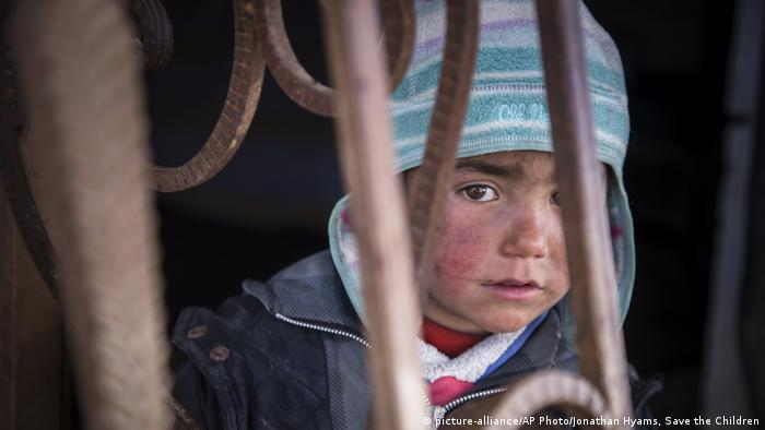 Syrien Krieg - Kind in Rakka (picture-alliance/AP Photo/Jonathan Hyams, Save the Children)