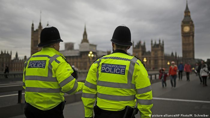 London Polizisten vor Westminster (picture-alliance/AP Photo/M. Schreiber)