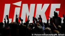ARCHIV - Delegierte stimmen am 22.10.2011 auf dem Bundesparteitag der Linken inErfurt (Thüringen) über einen Antrag ab. (zu dpa Linke bestimmen Kurs - Jeder Dritte hält sie für regierungsfähig vom 09.06.2017) Foto: Martin Schutt/dpa-Zentralbild/dpa +++(c) dpa - Bildfunk+++