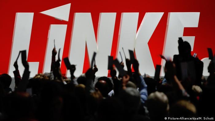 Участники съезда и логотип Левой партии