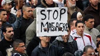 Demonstranten mit einem Schild 'Stop Massacre' (Quelle: AP)
