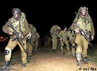 Soldados israelenses marcham sobre a Faixa de Gaza
