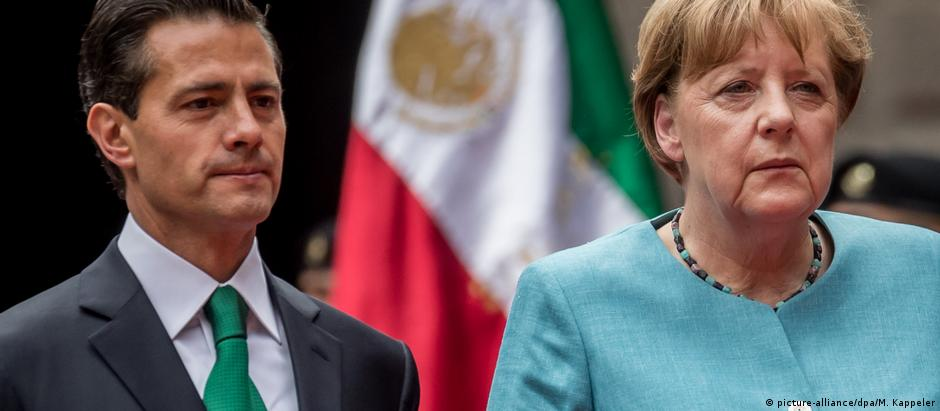 Presidente Peña Nieto (esq.) recebe Merkel no México