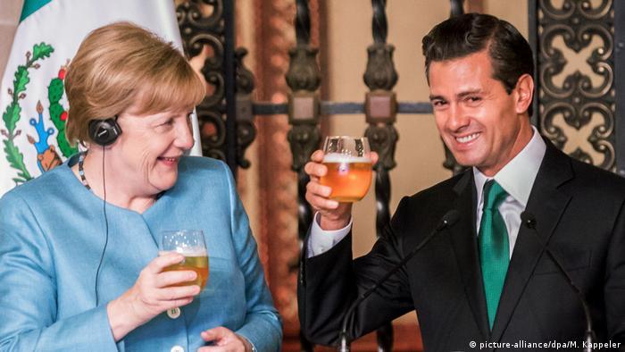 Mexiko Bundeskanzlerin Angela Merkel und Enrique Pena Nieto in Mexiko-Stadt (picture-alliance/dpa/M. Kappeler)