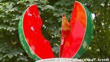 HANDOUT- Eine Melonensäule des Künstlers Thomas Schütte mit ihren grellen grün-roten Obstscheiben auf einem Parkplatz in Marl (Nordrhein-Westfalen). Für die Ausstellung «The Hot Wire» hat Schütte eine konkurrierende Idee seiner «Kirschensäule» (1987 und 2006) in Münster aufgegriffen und für Marl eine Zwillingsschwester konzipiert. Eine Woche vor dem Start der Zehn-Jahres-Ausstellung Skulpturen Projekte Münster wird ihr kleiner Ableger in der Ruhrgebietsstadt eröffnet. Dort sind bis zum 01. Oktober Skulpturen, Installationen, Performances und Filme zu sehen. (zu dpa/lnw «Skulptur Projekte Münster starten mit Ableger in Marl» vom 1.6.2017 - ACHTUNG: Verwendung nur zu redaktionellen Zwecken in Verbindung mit der Berichterstattung bei vollständiger Quellenangabe!) Foto: Thorsten Arendt /dpa +++(c) dpa - Bildfunk+++ |