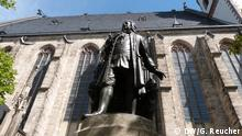 Bach monument in front of the Thomas Church in  Leipzig (DW/G. Reucher)