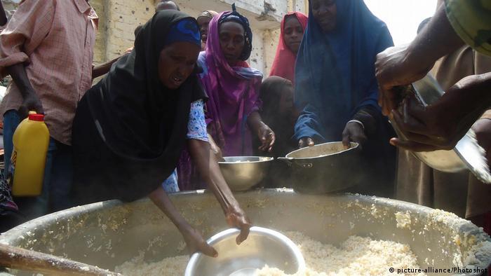 Somalis repartindo comida