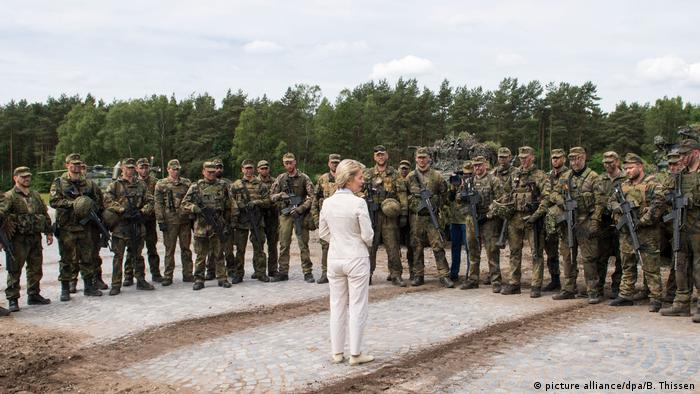 Deutschland Ursula von der Leyen in der Generalfeldmarschall-Rommel-Kaserne
