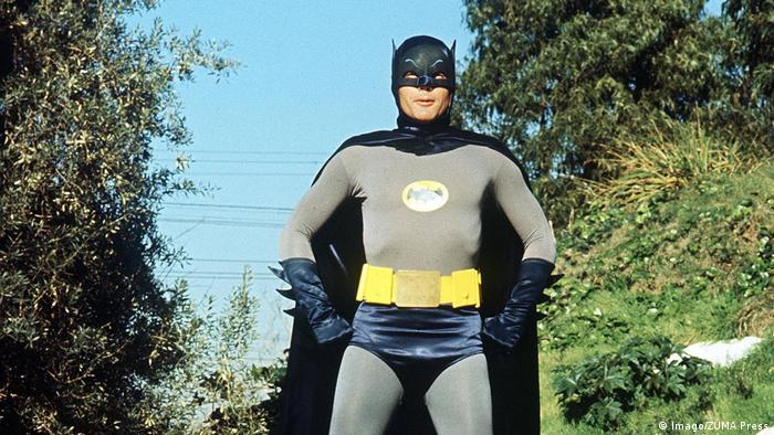 Batman Schaupieler ADAM WEST mit Batmobil (Imago/ZUMA Press)