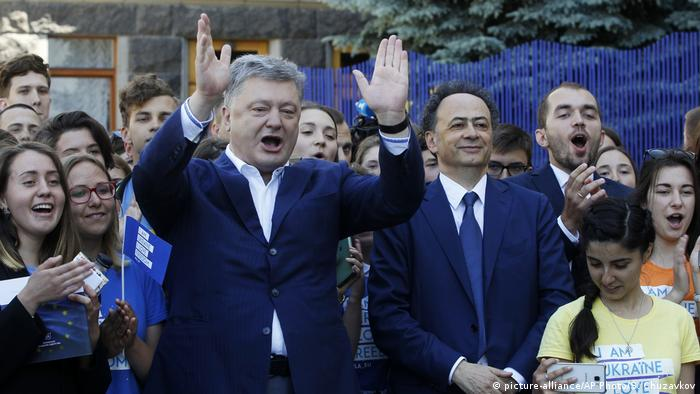 Ukraine | Petro Poroshenko und Hugues Mingarelli (picture-alliance/AP Photo/S. Chuzavkov)