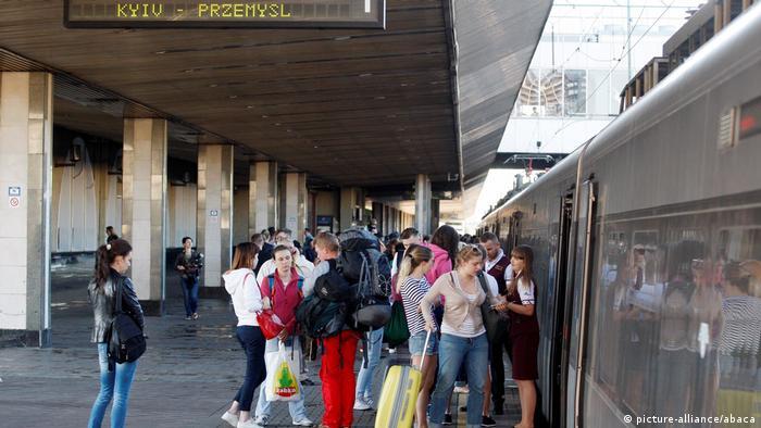 Пасажири сідають на потяг Київ-Перемишль (архівне фото)