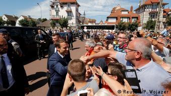 O Γάλλος Πρόεδρος Εμμανουέλ Μακρόν χαιρετά υποστηρικτές του