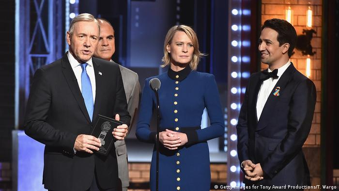 Tony Award 2017 Verleihung mit House of Cards - Darstellern Kevin Spacey, Robin Wright, Michael Kelly mit Lin-Manuel Miranda (Foto: Getty Images for Tony Award Productions/T. Wargo)