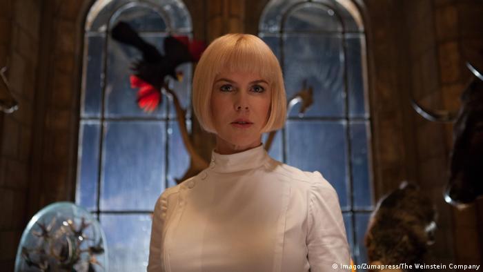 Film Paddington mit Nicole Kidman in Arztkittel vor alten Kirchenfenstern (Imago/Zumapress/The Weinstein Company)